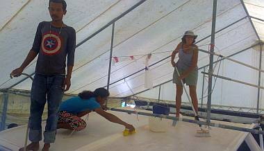 The Great Deck Cleaning - Baw, Chambron & Sue on the bimini