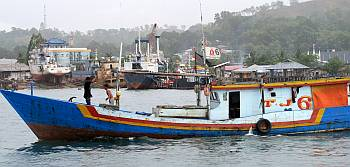 Fishing boat chaos in Sorong harbor