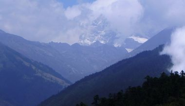 A final view of the high mountains from Trakshindu