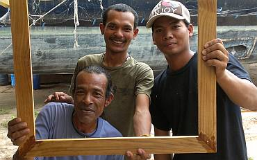 Lek, Baw, & Heru with one of Houa's teak frames - Great guys!