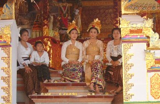 The royal family, in white mourning in the temple