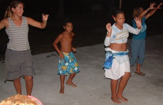 Amanda gets dancing lessons from the children of Toau